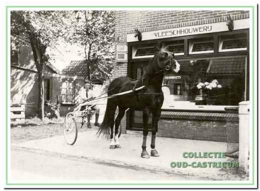 Een nog jonge Cor Huiberts (1921) met een draver van trainer Jan van Leeuwen senior, die halverwege de jaren 1930 enkele paardenstallen huurde van slager Jan Huiberts.