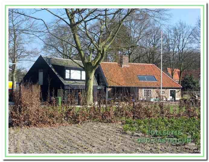 Opnieuw heeft het stenen boerderijgedeelte, 't Oude Huys' genoemd, aan dezelfde zijde van de vroegere houten stolp een aanbouw gekregen.