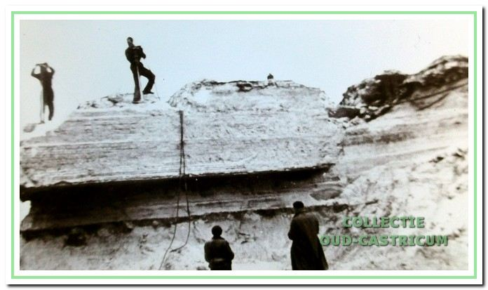 De door de Duitsers gebouwde bunkers worden weggehaald om het strand weer toegankelijk te maken voor de badgasten.