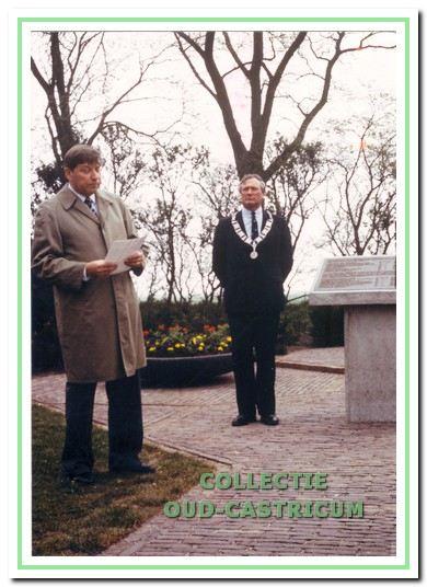 Onthulling van de plaquette bij het oorlogsmonument, Pad van de mensenrechten in Castricum.
