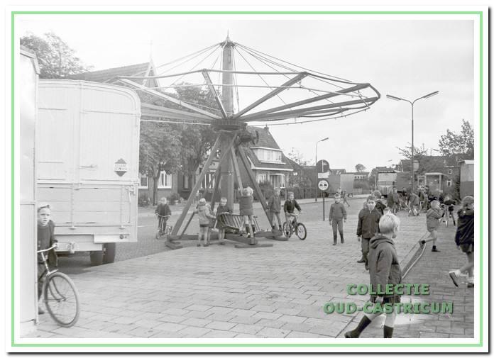 De kermis in Bakkum wordt opgebouwd.