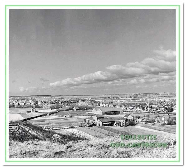 """Rechts van het midden in de Zanderij de nieuwe veiling """"Ons Belang"""". De officiële opening van de nieuwe veiling vond plaats op 1 augustus 1952."""