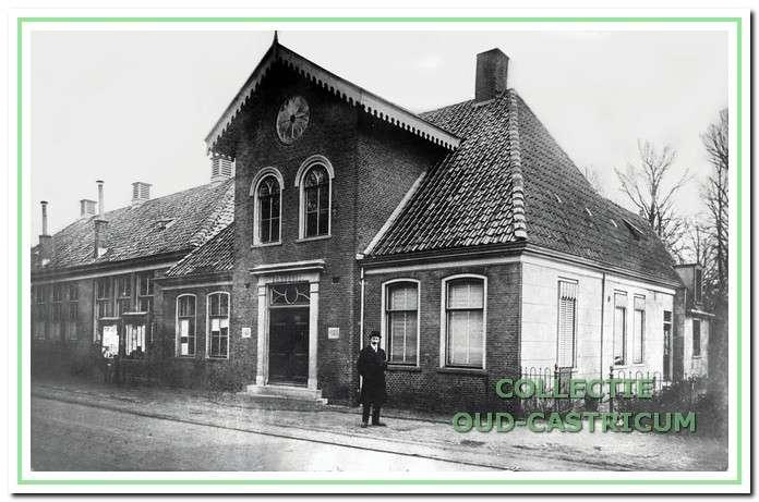 Raadhuis gebouwd in 1869. Rechts daarvan staat de in 1854 geopende openbare lagere school.