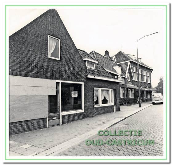 """In 1964 opende Fem Peperkamp - Bruinenberg daarin een afleverings- en afhaalwinkel van stomerij S. Krom, genaamd """"De Snelstomer"""". Tweemaal per week kwam de bestelwagen van S. Krom (met het beroemde zwart-witte blokjeslogo) de vuile was ophalen en schone was terugbrengen. Het zaakje van vrouw Fem is circa elf jaar later opgeheven nadat Krom er geen interesse meer had in een agentschap in Castricum."""