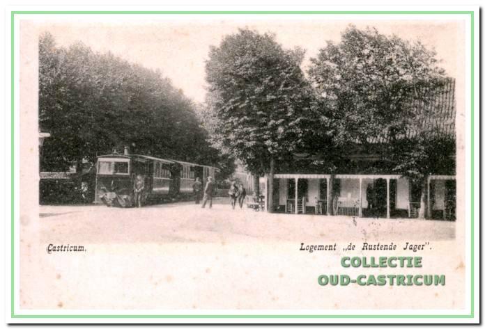Dorpsstraat 1901: De stoomtram staat stil bij De Rustende Jager, één van de vele stations langs de rails. Uitnodigend staan de stoelen onder de luifel. Het houten fietsenrek is nog leeg. De kasteleinse is in deze jaren Anna Mak.