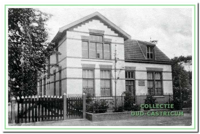 Het armenhuis, later bejaardenhuis aan de Overtoom omstreeks 1930.