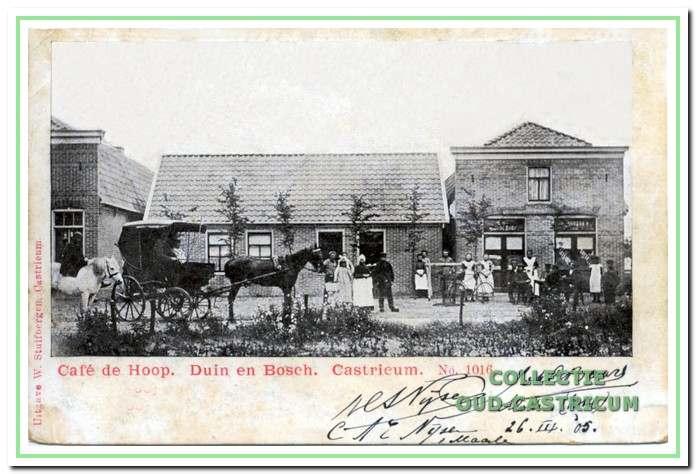 Het café De Hoop van Wub Joosten kort na de bouw. Geheel links op de foto is nog juist iets te zien van de bakkerswinkel van Jacobus Joosten.