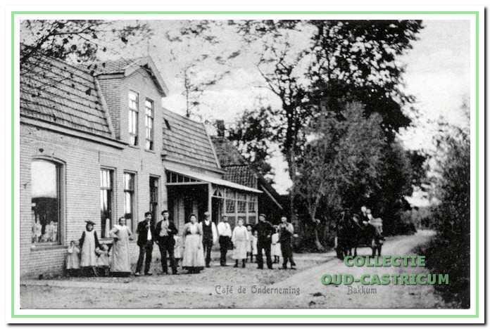 Café 'De Onderneming' omstreeks 1906 (zie 32). In dit pand was vooraan een kruidenier gevestigd en achteraan was café 'De Onderneming'. In dit laatste gedeelte woonde vanaf 1930 achtereenvolgens de bakkers: Jan Wester, Toon Huisman en Harry Matze. In het eerste gedeelte (zie 33) woonde vanaf 1930 Gerrit Ruijter en vanaf 1963 Cor Liefting.