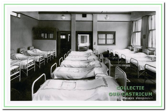 Niet te veel en niet te weinig op een slaapzaal is het beste. Voor 'dwarsventilatie' is goed gezorgd. Deze foto is waarschijnlijk van voor de oorlog.