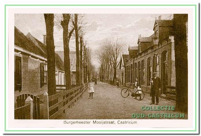 Inkijk in 1920 in de Burg. Mooijstraat, richting Dorpsstraat, met rechts de tabakswinkel van Kees Stuifbergen (nr 20), daarnaast schoenwinkel en woonhuis van Willem Imming (nr 18 en 16) en vervolgens nog zichtbaar het 'Brandspuithuisje' (nr 14).