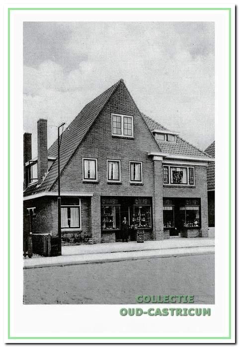 Dit pand hoorde nog bij de Klompenbuurt; hier gaat de Bakkummerstraat over in de Stetweg; rechts op nr 1 is de wijnhandel van Hendrik Mandjes en links op nr 3 is de groentezaak van Ab Hogestijn.