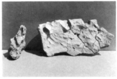Brokstukken met dlindervormige gaten en vingerstreken.