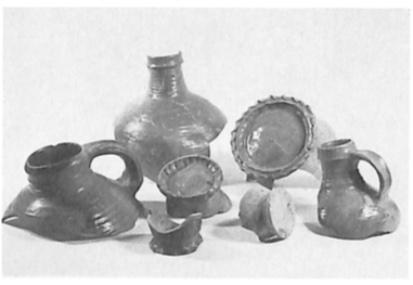 Selectie bodem- en halsfragmenten van steenwerk.