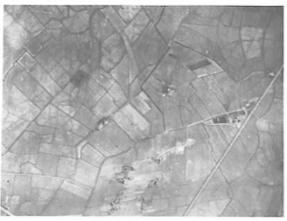 """Ongeveer rechts in het midden; boerderij """"Kronenburg'' met het omringende weiland."""