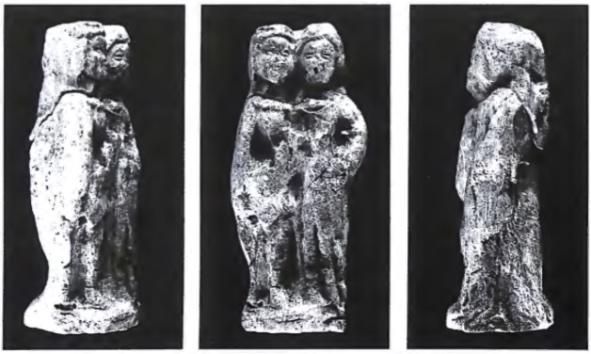 Het beeldje (6 cm hoog) dat tijdens het bollen sorteren aangetroffen werd; het fragmentje met de hoofdjes werd twee jaar later gevonden.