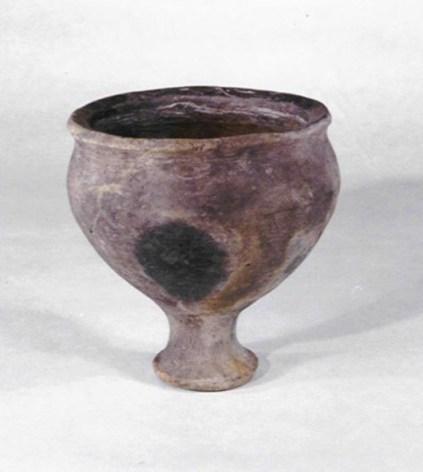 Gesteeld voetbekertje gevonden in de onderste pot van de pottenstapel.