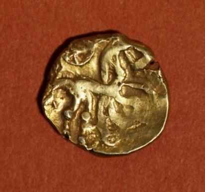 Keltische gouden munt uit de periode 50 voor tot 50 na Chr. van de stam der Nervi. Deze stam had haar woongebied in België en Noord-Frankrijk. Afgebeeld is een gestileerd paardenfiguur. De munt werd aangetroffen in een paalkuil van de boerderij die in of kort na 272 werd gebouwd. De munt is daar mogelijk als bouwoffer gedeponeerd.