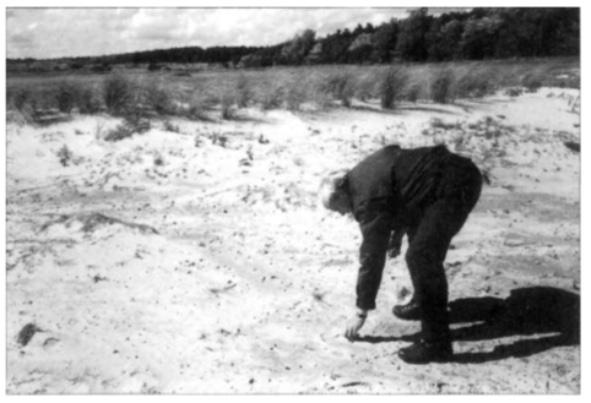Boswachter Kees Zonneveld vindt in 1998 archeologisch materiaal op de 'Wei van Brasser'.