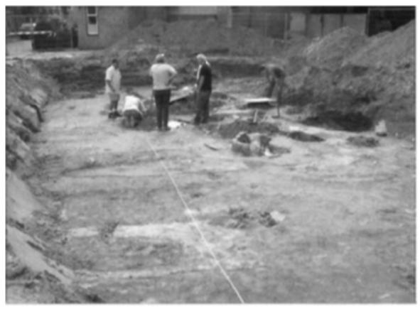De eerste opgravingen in vlak 1.