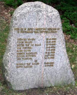 Het onthulde monument op de plaats van de fusillade, bij de Emmapyramide in Rozendaal.