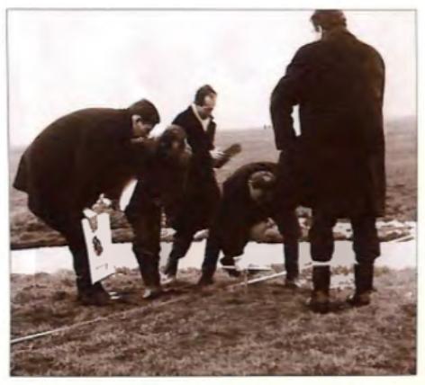 Eerste verkenning in 1969 op het terrein van kasteel Cronenburg. V.l.n.r.: Niek Kaan, André Korsrman, Hans van Deelen, prof J.G.N. Renaud en Niek Steeman.