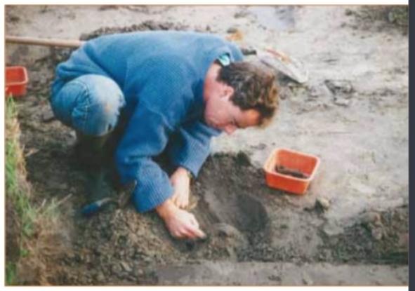 Rob van Eerden in actie bij de grote opgraving in de Oosterbuurt (1995).