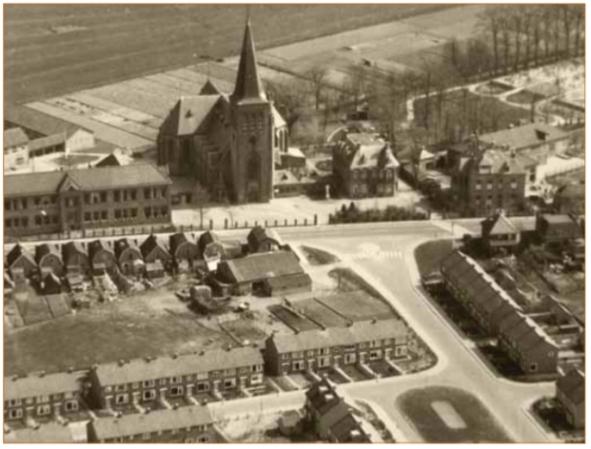 Kerk, pastorie, zusterhuis en de bewaar- en naaischool in de jaren (negentien)vijftig.