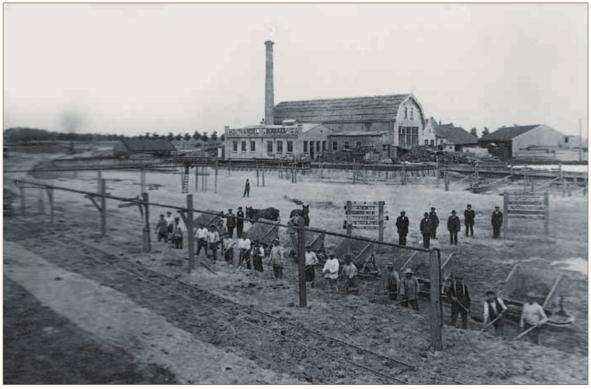Aanleg van een zijhaven aan het Noordhollands Kanaal nabij de Friese brug in Alkmaar voor houthandel J. Bierdrager.