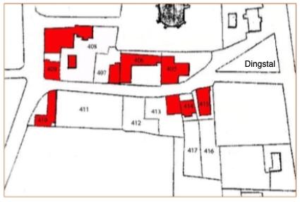 Op het kaartje zijn de perceelnummers vermeld; de huizen aan de Schoolstraat zijn in rood aangegeven. Rechtsboven nog zichtbaar het raadhuis van Castricum. Daaronder een groot, driehoekig terrein dat de dingstal werd genoemd en in vroeger eeuwen diende om een buurspraak te houden. Dit was een volksraadpleging in opdracht of met toestemming van schout en schepenen. Op deze centrale plaats in het dorp kwamen de inwoners (toen ook buren geheten) bij elkaar.