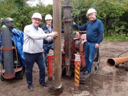 Gerard Veldt (links) en Peter Sibinga slaan de eerste plaal voor de uitbreiding van De Duynkant.