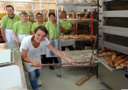 De sociale bakkerij Bak'm op het landgoed Duin en Bosch met voor eigenaresse Dominique Omes en achter enige medewerkers. De foto is net voor de opening op 18 juli 2017 genomen.