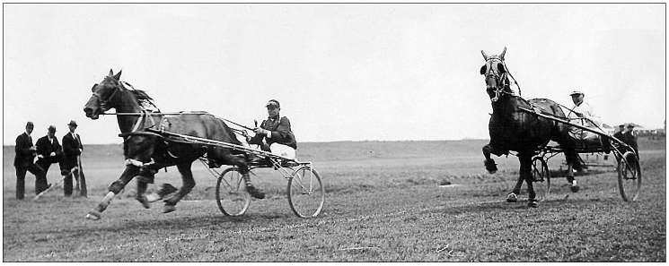 De bekende Castricumse merrie Uniform (links met Jan de Vlieger) wint een rit op een weiland tijdens de kortebaanwedstrijd te Stompwijk in 1936.