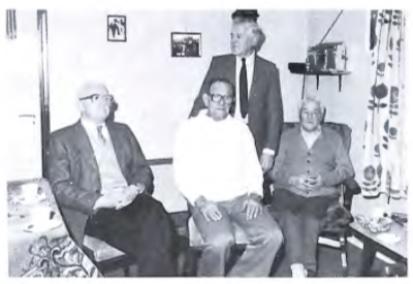 Foto uit 1987 met dan nog overgebleven werknemers van de oude gasfabriek.