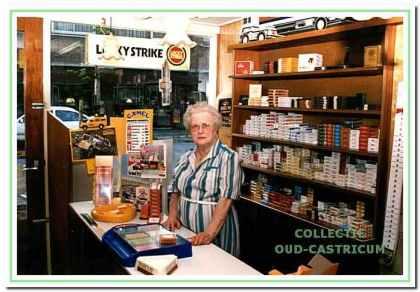 Guurtje Stuifbergen achter de toonbank van haar winkel.