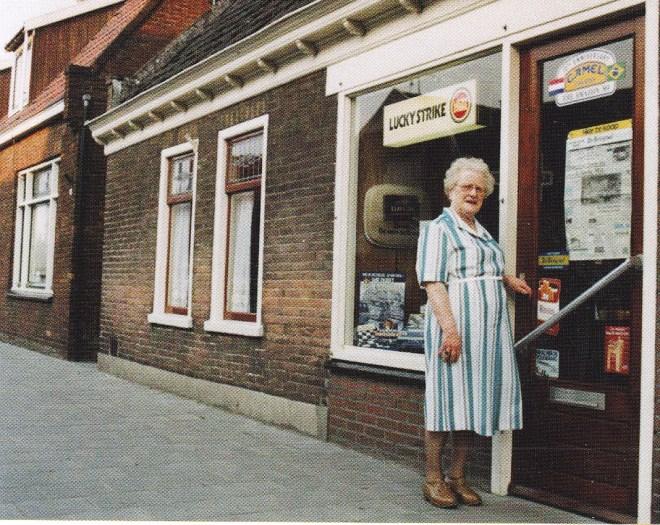 Guurtje Stuifbergen voor haar winkeltje, Dorpsstraat 93, ca. 1980.