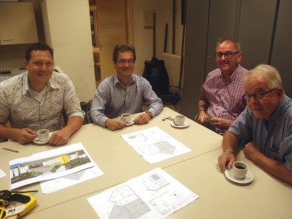 V.l.n.r. de architecten Harry van Wilsem en René Cabri, penningmeester Gerard Veldt en voorzitter Peter Sibinga. (foto Hans Boot)