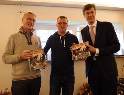 Campingmanager André Kortbeek met links PWN-directeur Martien den Blanken Gerard en rechts burgemeester Mans. (foto Hans Boot)