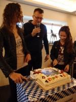 Dana (15) en Tamar (12) Kloos en André Kortbeek (midden) Foto: Hans Boot
