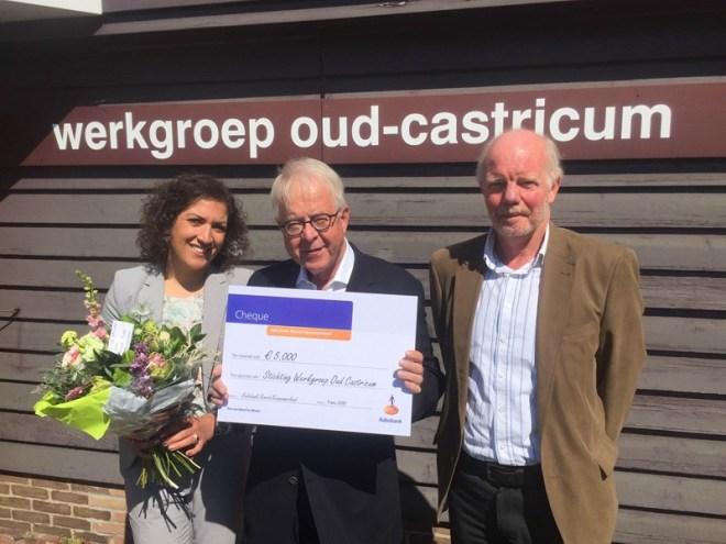 In het midden voorzitter Peter Sibinga van Oud-Castricum die op 9 mei de cheque heeft ontvangen van Sanna Amhaini van de Rabobank. Rechts Hugo Snabilie, lid van de ledenraad van de bank. (foto Rabobank)