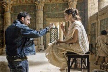 Actrice Rachel Weisz in haar rol van Hypatia op de set met regisseur AlejandroAmenábar