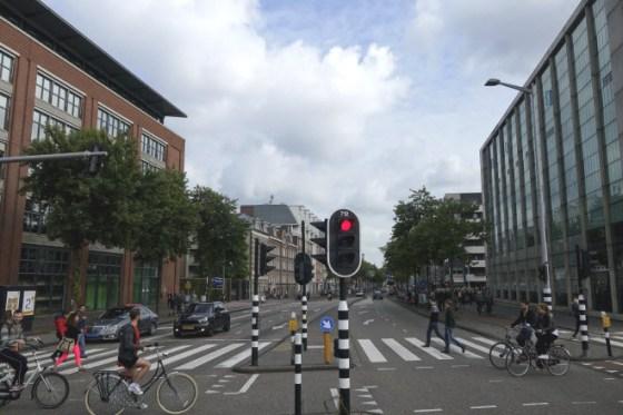De Valkenburgerstraat tijdens de Dam tot Damloop. De IJ-tunnel was afgesloten, waardoor er minder verkeer de stad in en uit kon.