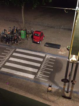 14 juli Hoera, de fietsen weggejaagd. en kijk nou, het geenfietsenparkerenbordje staat bovenop het geenfietsenparkerentegeltje