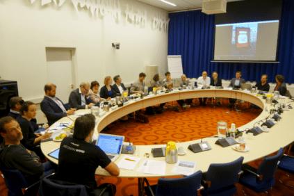 Bestuurscommissie 18 maart 2017 met pratende Mupi op het scherm