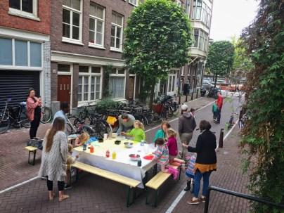 Papa Adama geeft kinderen de kans om kunst op straat te maken