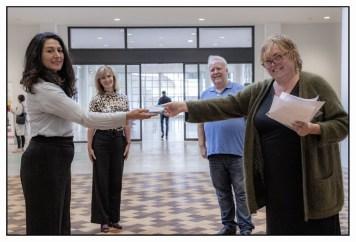 Wethouder Touria Melian, Birgit Bűchner (directrice van het museum), Lennard Roubos en