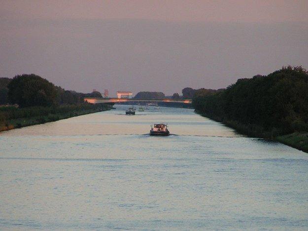 Amsterdam-Rijnkanaal vanuit Houten richting Wijk bij Duurstede