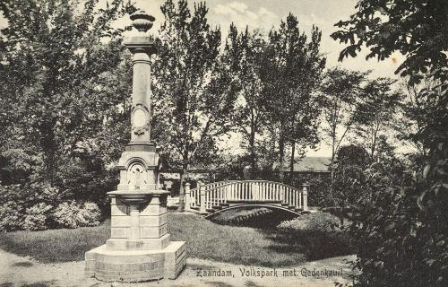 Gedenkzuil in het Volkspark
