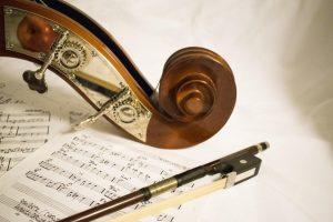 photo-violoncelle-archet-sur-partition-musique