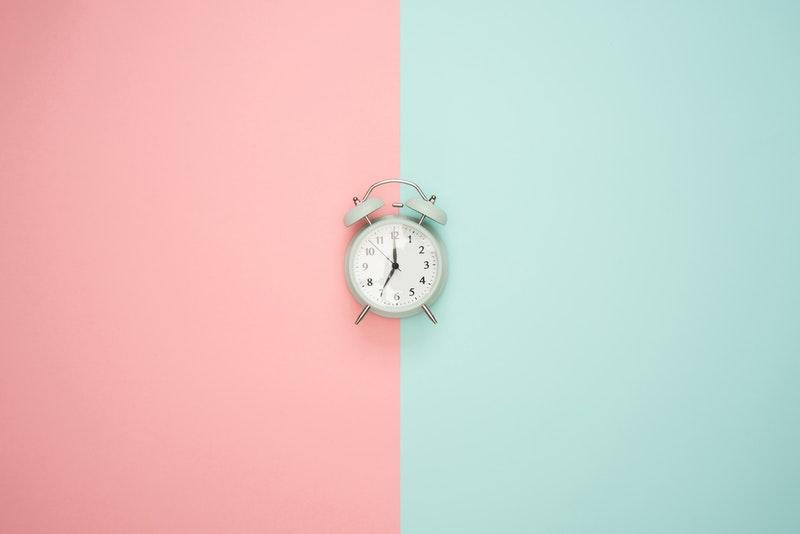 photo-horloge-mur-bicolore-progresser-musicalement