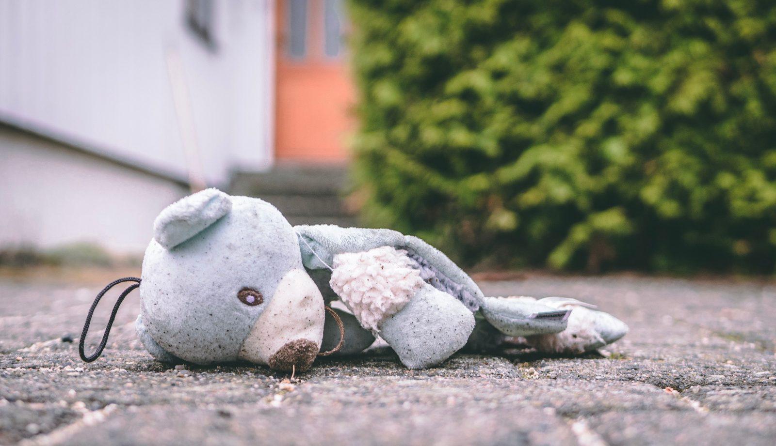 nounours-bleu-déchiré-abandonné-sur-le-sol